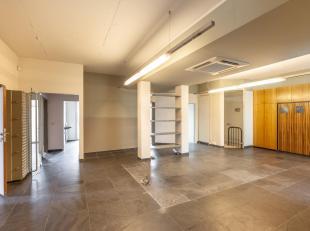 Deze schitterende kantoorruimte van 160 m² is gelegen op goed bereikbare locatie in de Leuvense binnenstad. Via de inkomhal komt u de centrale ru