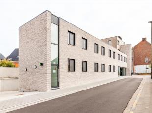 Deze staanplaatsen zijn gelegen op de -1 in een stijlvolle nieuwbouwresidentie die gebouwd werd in 2018. Het gebouw is gelegen in de nabijheid van Hev