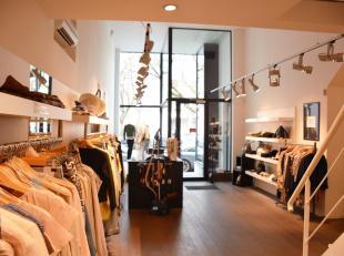 Deze schitterende winkelruimte (+/- 105m²) met een plafondhoogte van maar liefst 5 meter is onmiddellijk beschikbaar. Het winkelpand is opgedeeld