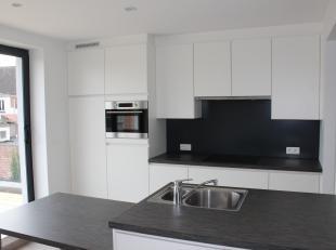 Prachtig appartement (80m²) met veel lichtinval: inkom, ruime living en eetplaats, volledig ingerichte badkamer en hyper geïnstalleerde open