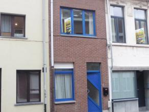 Knusse rijwoning met Living, grote leefkeuken, terras, en stadstuintje met tuinhuis. Op verdieping: 2 slaapkamers en badkamer. BEZOEKEN KUNNEN ENKEL V