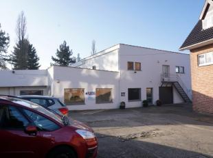 Op een terrein van 24a52ca treft u een achterin gelegen bedrijfsgebouw/atelier met kantoorruimten voor een totaal van ca. 950 m2 (eventueel op te spli