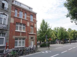 Dit zeer gunstig gelegen opbrengsteigendom is samengesteld uit een gelijkvloers appartement, 2 flats en een dakstudio.<br /> Het appartement (ca. 55m&