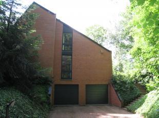 Volledig in het groen gelegen op een perceel van 23a, treft u deze mooie, tijdloze villa met een oppervlakte van ca. 200m², excl. praktische keld