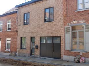 Deze welgelegen woning met een voorgevelbreedte van 7m is volledig instapklaar en beschikt op het gelijkvloers over een hal, een ruime living van 42m&