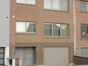 """In een gebouw in de wijk """"Spaanse Kroon"""" treft u deze twee identieke, vernieuwde luxe-appartementen (bus 0101 en 0201).<br /> Elk appartement bestaat"""