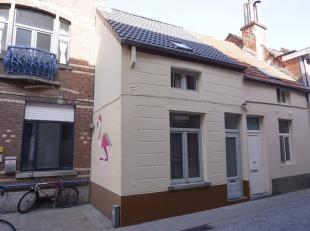Deze centraal, en uiterst rustig gelegen woning beschikt over een inkomhal, een ruimte voorplaats/slaapkamer, grote leefruimte + open, ingerichte keuk