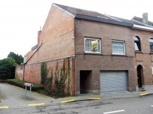 Deze ruime, op te frissen woning, type bel-étage, bestaat op het gelijkvloers uit een grote garage met bergingen, douchecel en wc, alsook een p