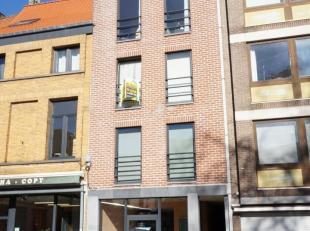 Dit centraal gelegen appartement, nabij het Herbert Hooverplein, beschikt over een leefruimte met open keukenhoek, ruime slaapkamer met bureauhoek (18