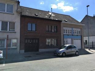 Stadswoning met garage en zuidgerichte tuin. Deze woning is gelegen nabij het centrum van Ninove en omvat: een kelder; op het gelijkvloers: een inpand