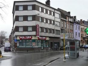 Appartementsgebouw op een uitstekende ligging met een een mooi rendement.  Het omvat een handelsgelijkvloers, twee dubbele garages (in gebruik door de