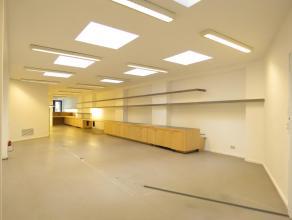 U treft dit commercieel gelegen handelsgelijkvloers centraal te Antwerpen Zuid.Het eigendom werd gerenoveerd in 2014.U betreedt het eigendom via een v