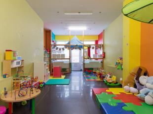 Bent u op zoek naar een kantoor of commerciele ruimte op een goede ligging? WIj hebben wat u zoekt.Dit handelsgelijkvloers van 93m² binnenruimte
