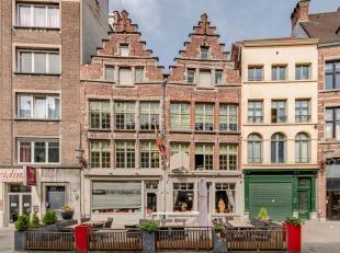 Uitzonderlijke, historische woning in centrum Antwerpen.<br /> Op de Vlasmarkt treft u deze 16e eeuwse woning met trapgevel. Dit pand werd in 2011 vol