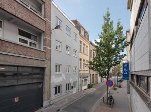 Gerenoveerde triplex met parkeerplaats te Antwerpen.<br /> Deze triplex is gelegen in een rustige straat in het centrum van Antwerpen en is een woonen