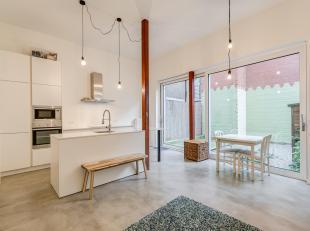 Dit modern appartement met een industriële look is gelegen in een autoluwe straat nabij het Sint-Pietersplein en op wandelafstand van het MAS, de