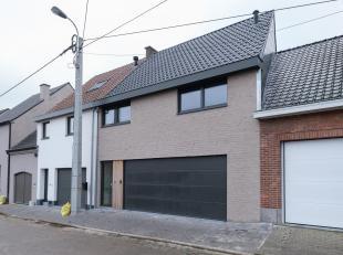 Op wandelafstand van het bruisende centrum van Sint-Lievens-Houtem treft u deze nieuwbouwwoning. Achteraan wordt de woning omgeven door landerijen en