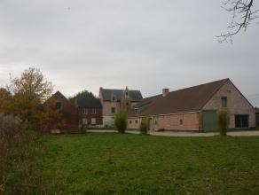 Zeer landelijk en rustig gelegen boerderij De Schranshoeve bestaande uit meerdere gebouwen in U-vorm. Het hoofdgebouw, een 18e eeuwse schuur, een in 2