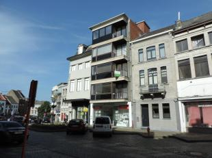 Mooi en pas vernieuwd (2018) appartement met twee slaapkamers, terras en kelderberging gelegen aan de historische Veemarkt in het centrum van Tienen.