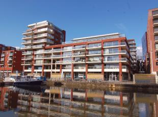 Luxueus afgewerkte loft op de zesde verdieping van Residentie Waterside aan de Leuvense Vaartkom. Deze schitterende woonst werd ontworpen door de geke