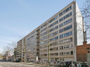 Leuk appartement met twee slaapkamers gelegen op de 6de verdieping in centrum Leuven. Dit appartement bestaat uit een ruime woonkamer met sierhaard, 2
