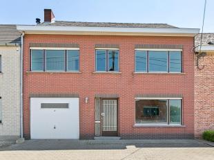 Te moderniseren woning in gesloten bebouwing met 3 slaapkamers, op een perceel van 2a76ca gelegen in Hombeek (Mechelen). De woning omvat: inkomhal, li