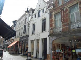 Een mooie en gezellige flat gelegen in het historische centrum van Leuven, vlak aan de Vismarkt.De flat bestaat uit een inkomhal, woon- en leefruimte,
