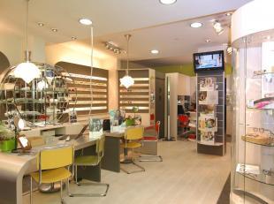 Handelsgelijkvloers te huur op een uiterst gunstige commerciële ligging in het centrum van Leuven. Het pand is gelegen tegenover de bushalte in d