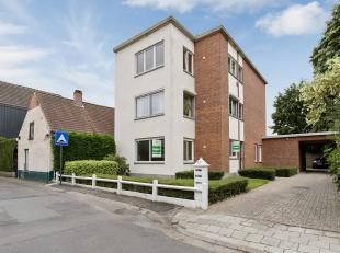Zéér interessant gelegen, gelijkvloers appartement met tuin met drie (mogelijks 4) slaapkamers, oprit en parkeerplaats.Ideaal voor vrij