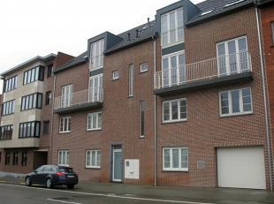 Modern (2011) duplex appartement met twee slaapkamers, kelder en garage gelegen aan de Tiense stadsrand. Dit appartement is gelegen op de tweede verdi