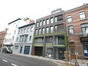 Modern 2-slaapkamer appartement met terras in centrum Leuven!Het appartement bestaat uit een ruime woonkamer met een terras aan de voorkant, een volle