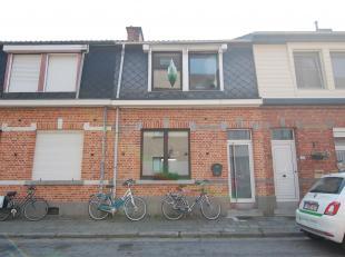 Charmante rijwoning nabij het centrum van Heverlee!<br /> De woning bestaat uit een inkomhal, ruime woonruimte met aangrenzend een open keuken (voorzi