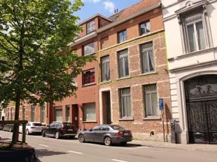 Authentiek en charmant appartement met hoge plafonds in hartje Leuven!<br /> Het appartement bestaat uit een ruime keuken, een living met toegang tot