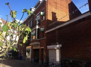 Knusse stadswoning met drie ruime slaapkamers en leuk dakterras.<br /> De woning bestaat gelijkvloers uit een inkomhal en toegang tot de kelder, de vo