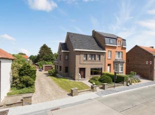 Ruime gezinswoning (HOB) met drie slaapkamers, zolder (uitbreiding mogelijk), bureau, garage, terras en grote tuin op een perceel van 15a 36ca gelegen