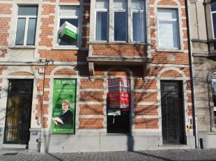 Mooi en uitstekend gelegen handelspand met authentieke elementen in het hart van Leuven. Op het Monseigneur Ladeuzeplein, in de schaduw van de Univers