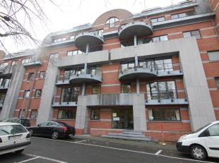 Gelijkvloers appartement met twee slaapkamers en twee badkamers met ruim terras en tuin in het centrum van Leuven.<br /> Dit appartement bestaat uit e