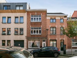 Uitstekend gelegen stadswoning, op slechts enkele stappen van het station van Leuven, met 4 slaapkamers en een stadskoer.<br /> Gelijkvloers bestaat d