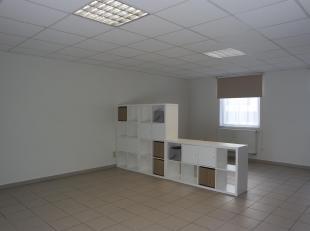 Zeer ruime, opgefriste studio in het hart van Leuven! De studio heeft een oppervlakte van maar liefst 41 m² en biedt de toekomstige huurder een l