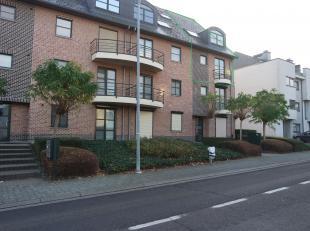 Volledig gerenoveerd, lichtrijk triplex appartement op een boogscheut van de Leuvense Ring, Gasthuisberg en de oprit van de autostrade. De toegang van