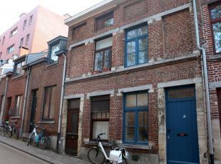 Maison charmante au centre de Louvain.<br /> La maison se compose d'un hall d'entrée, salon, cuisine (consistant d'un four, hotte, double &eacu