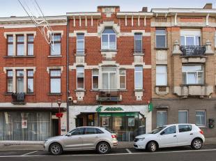 Investeringspand met commercieel gelijkvloers (Argenta bankkantoor) en twee boven elkaar liggende appartementen met twee slaapkamers op de eerste verd