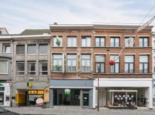 Centraal gelegen handelsruimte van +/- 100m² met woonst, mogelijkheid beiden op te splitsen.