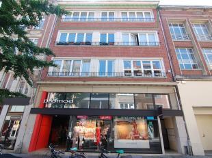 Mooi en gezellig appartement gelegen in de winkel-wandelstraat van Leuven!<br /> Dit appartement bestaat uit een ruime inkomhal, aangename woonkamer,