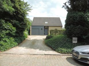 In de rustig gelegen Aststraat in Goetsenhoven vinden we deze alleenstaande woning met 3 slaapkamers. De hal met bezoekerstoilet en vestiaire, toegang