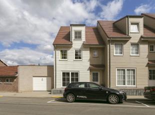 Moderne gezinswoning (2009 - gesloten verband) in New England stijl met 4 slaapkamers, terras, leuke tuin en carport op een perceel van 2a 32ca gelege