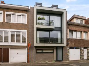 Dit recent appartementsgebouw is ideaal gelegen en bestaat uit 2 vergunde appartementen en een gemeenschappelijke tuin.Op de benedenverdieping bevinde