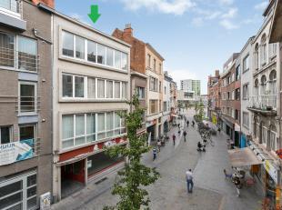 Un appartement au centre de Louvain avec une chambre. L'appartement se trouve au troisième étage et existe d'un hall avec toilette et d&