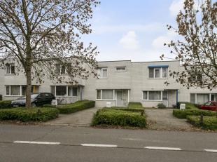 Uitstekend gelegen, instapklare gezinswoning. De woning is gelegen op een perceel van +/- 1a70ca.<br /> Gelijkvloers bestaat de woning uit een inkom m