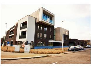 Handelsgelijkvloers in een recent gebouw (3 jr oud), 100m² oppervlakte, veel glas, goed zichtbaar, herkenbare locatie en gebouw.Inclusief dubbele